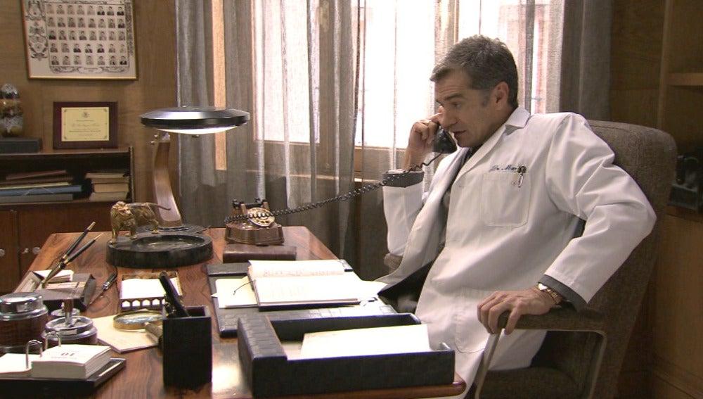 El Dr. Martos en su consulta
