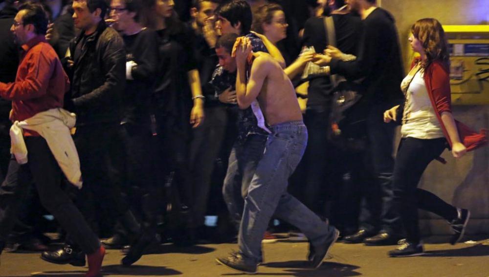 Personas huyen de la zona del suceso