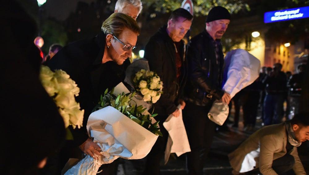 Bono y su banda de U2 se acercaron a llevar flores