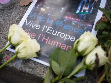 Flores y velas en el lugar de los atentados en París