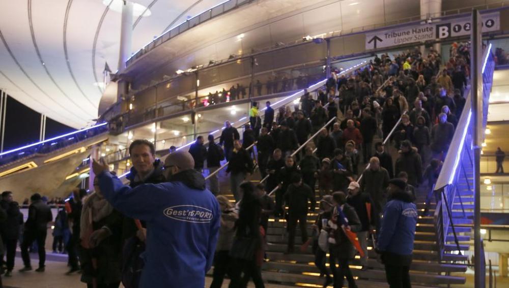 Desalojo de las alrededor de 80.000 personas atrapadas en el Estadio de Francia