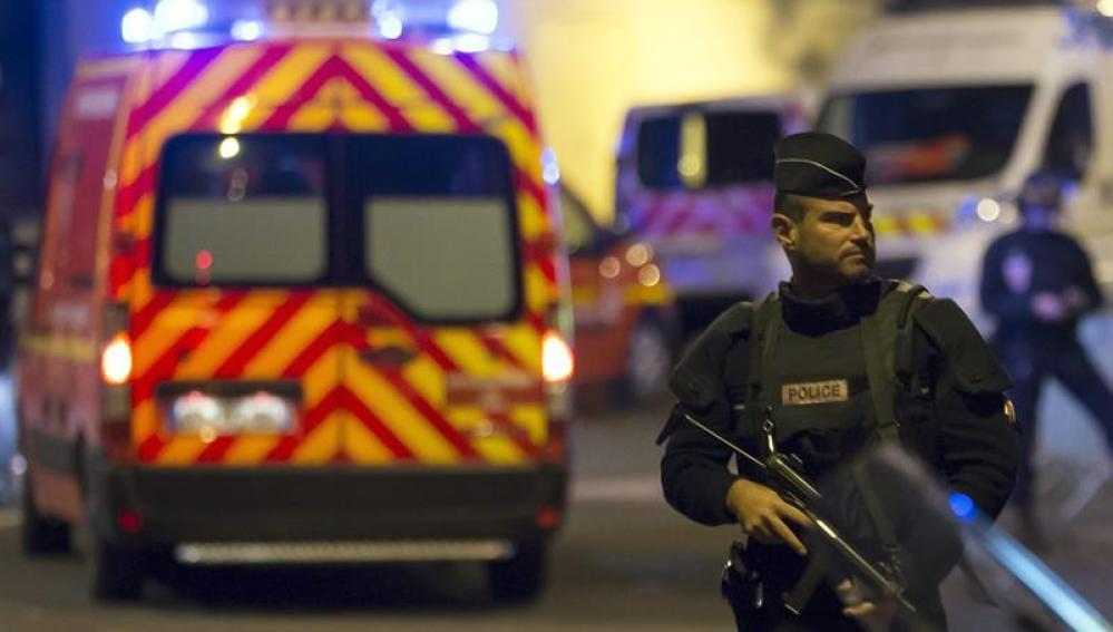 Las fuerzas especiales de la policía francesa buscan a los tiradores huídos