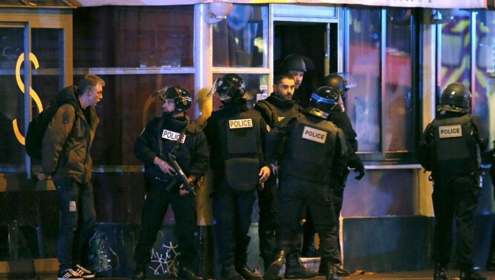 Agentes de policía se preparaban para el asalto a la sala Bataclan