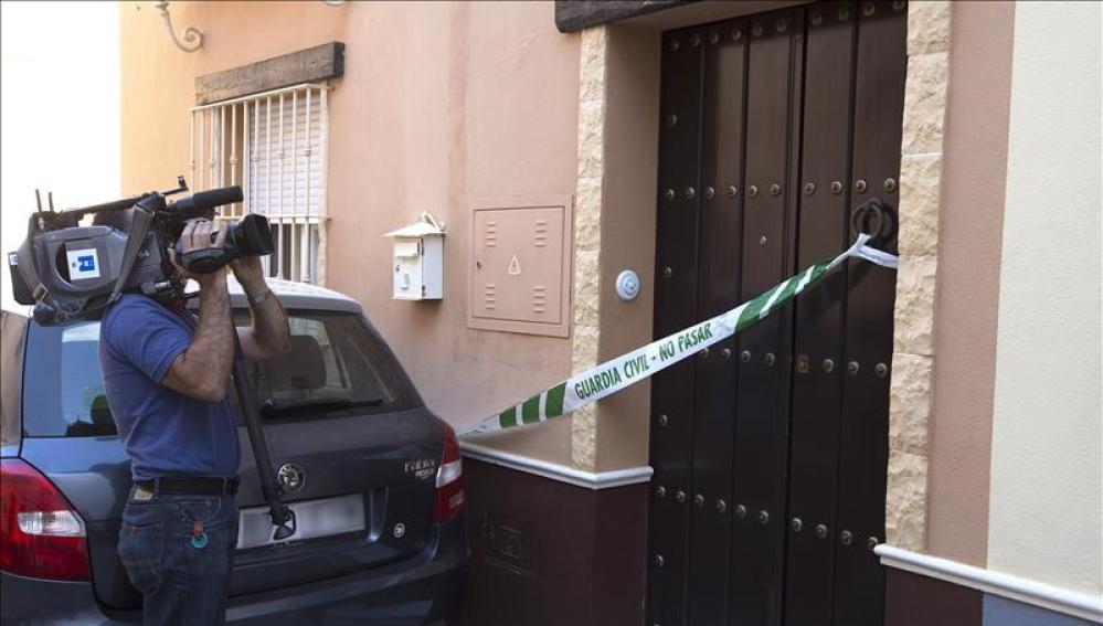 Un cámara toma imágenes de la vivienda de la localidad sevillana de Marchena