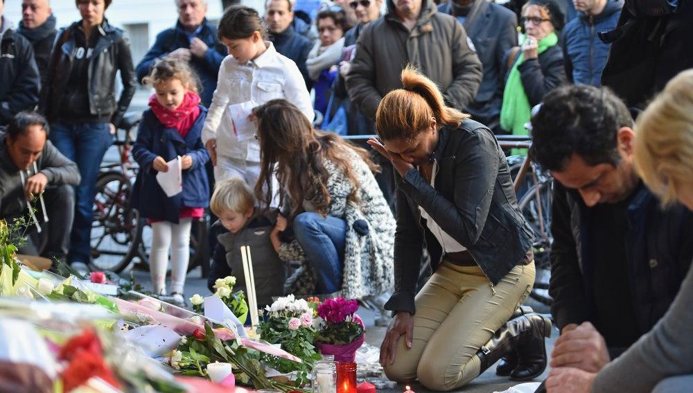 La capital francesa se llena de flores y velas
