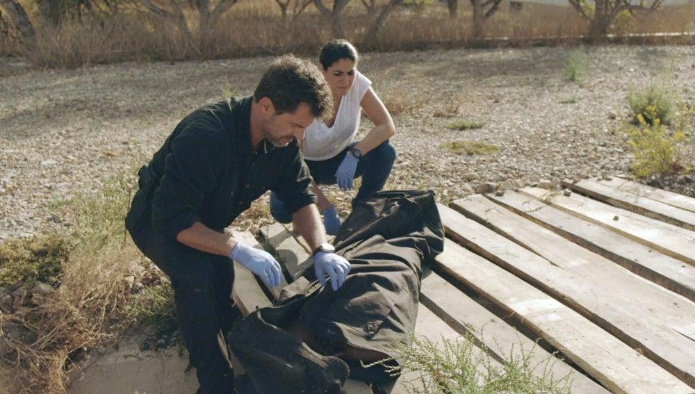 Héctor y Lola encuentran el cuerpo de Ainhoa