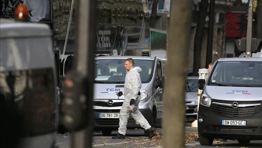 La policía científica trabaja en los escenarios de los atentados en París