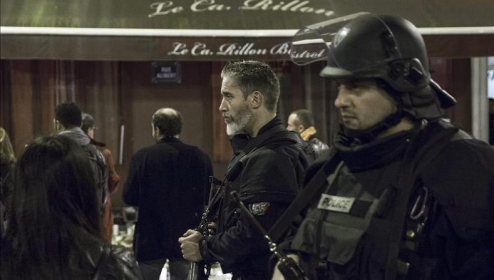 Miembros de la Policía francesa en el restaurante Le Carrilon, escenario de los ataques.