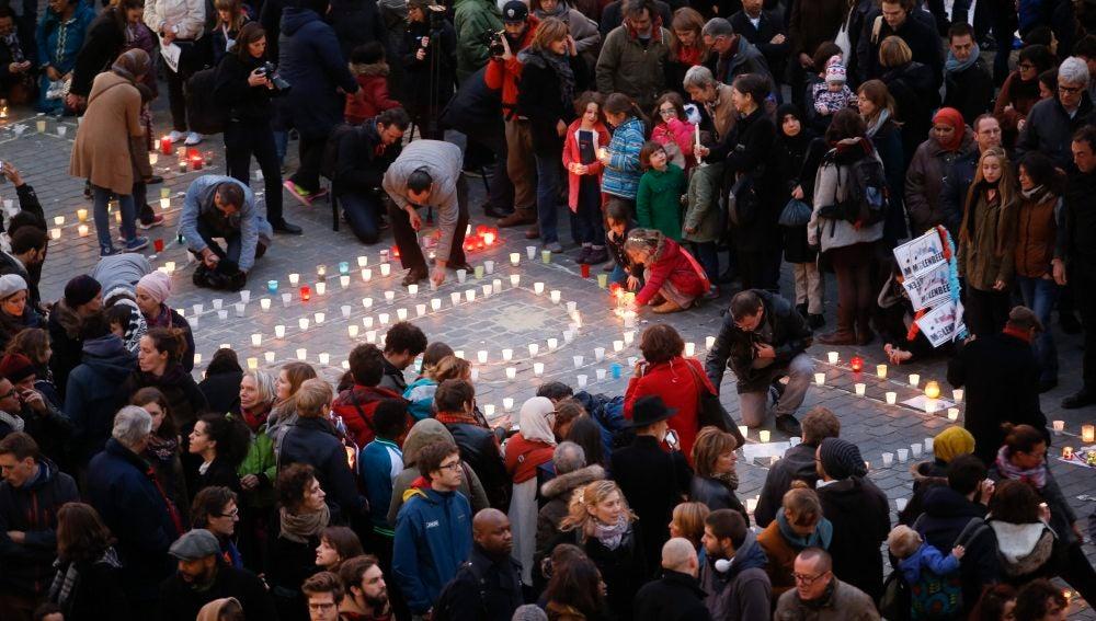 Homenaje en Molenbeek tras los atentados de París