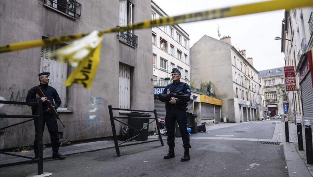 Policía francesa durante la operación de Saint Denis