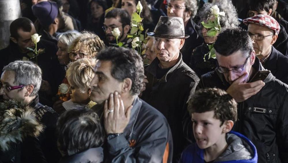 Decenas de personas rindiendo homenaje a las víctimas de los atentados en Saint Denis