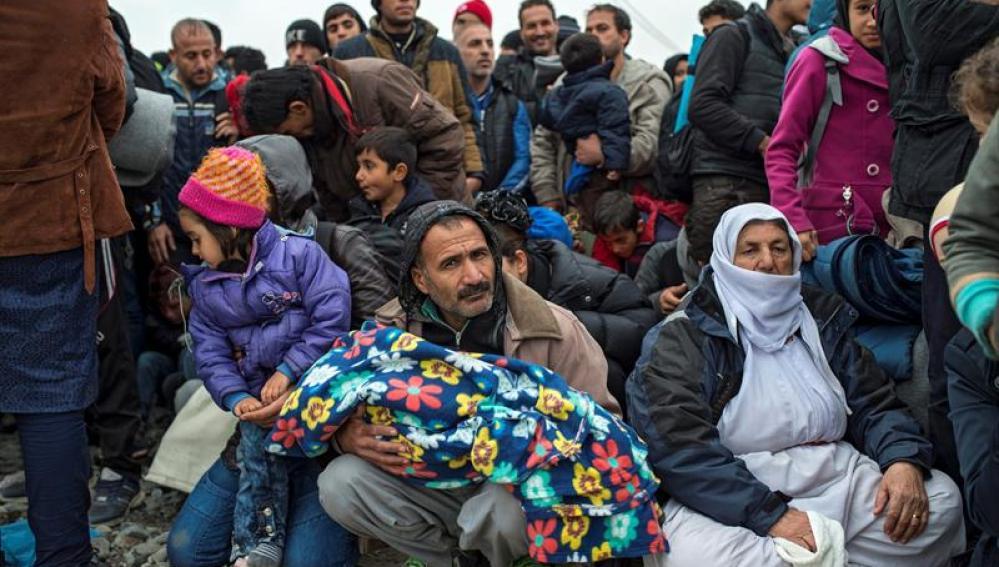 Inmigrantes bloquean las vías para que no pasen sirios, iraquíes y afganos