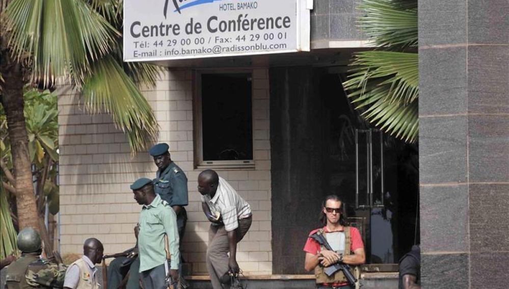 Las fuerzas de seguridad vigilan los alrededores del hotel donde tuvo lugar el ataque