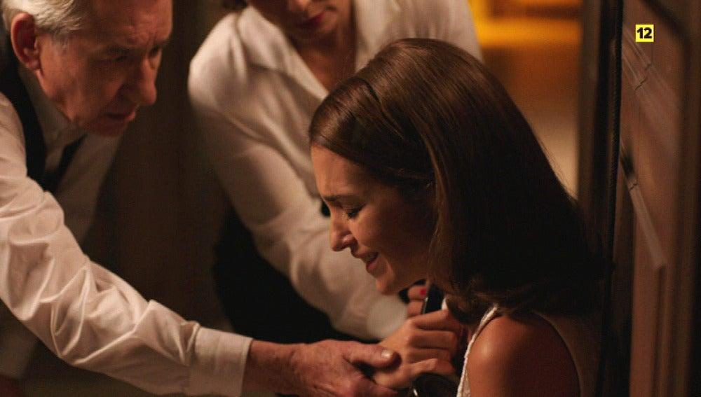 Ana, derrumbada, trata de averiguar si Alberto volaba en el avión accidentatado