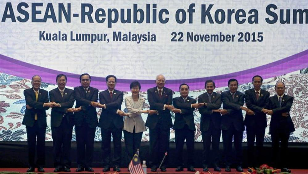 Los líderes de ASEAN tras firmar el acuerdo de mercado único