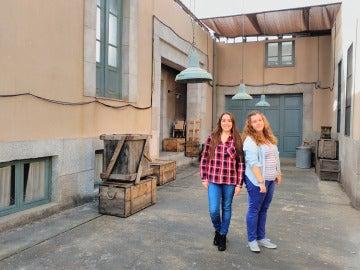 Noelia y Jéssica en el callejón de Galerías Velvet