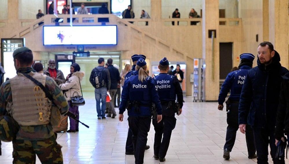 Policía en un aeropuerto de Bruselas