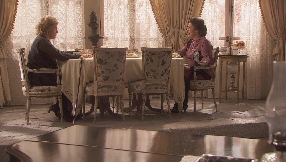 Francisca y su tía en la cena