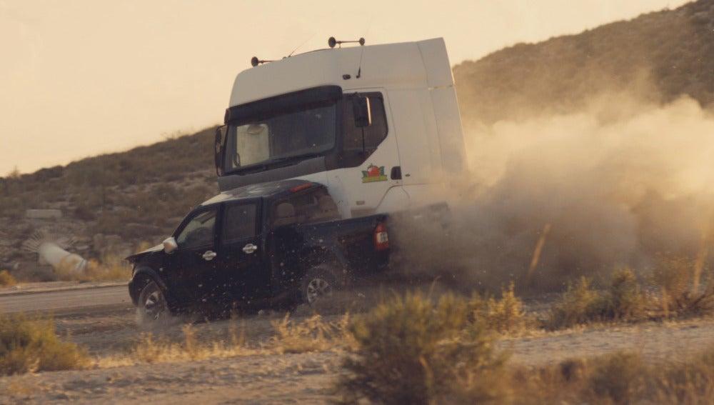 Un camión choca contra el coche de Héctor