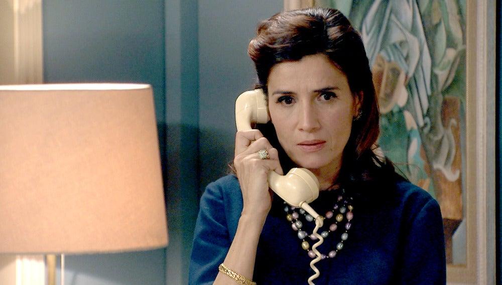 Adela recibe una llamada que le obliga a realizar el reportaje