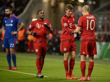 Muller celebra un gol del Bayern con Robben