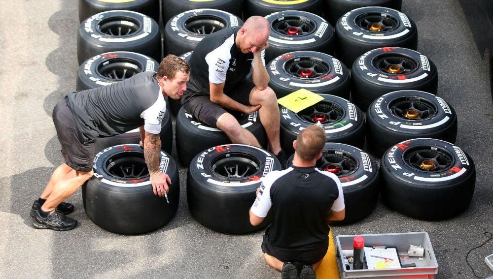 Miembros de McLaren comprueban unos neumáticos en Monza