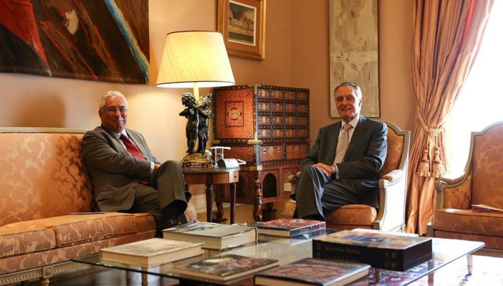 El líder socialista portugués, António Costa (izda), durante su reunión con el presidente portugués, Anibal Cavaco Silva