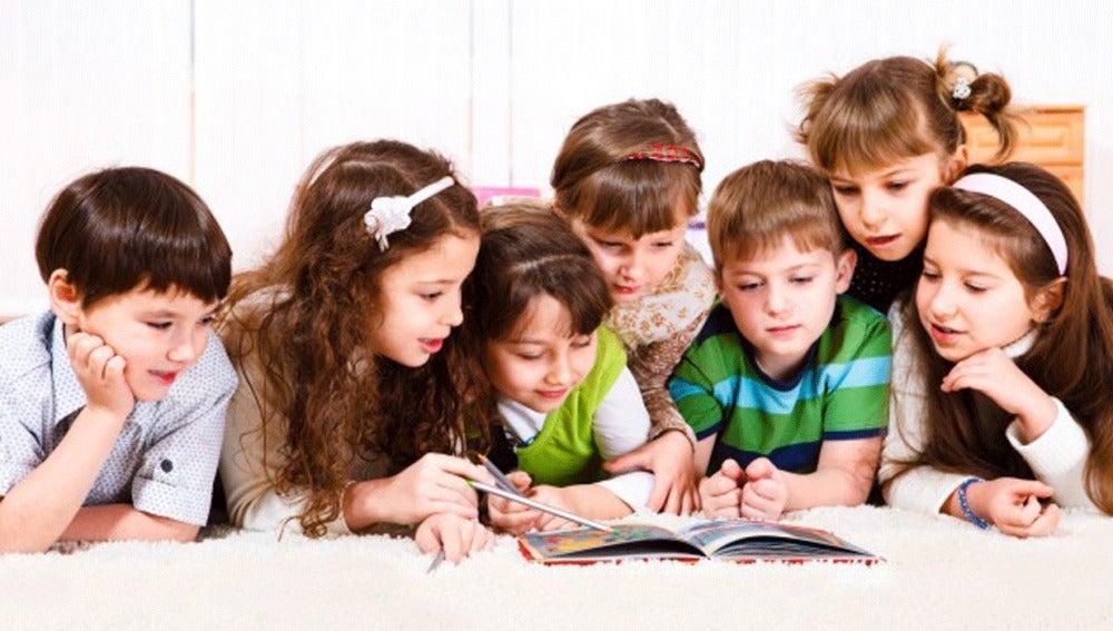 Niños leyendo un cuento
