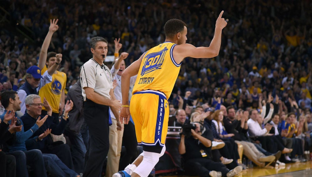 Stephen Curry celebra una canasta ante los Lakers