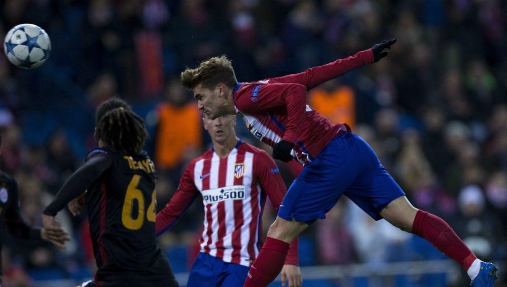 Griezmann anotando de cabeza con el Atlético