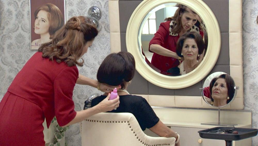 Carmen Polo visita el salón de belleza