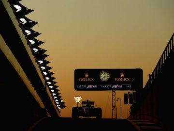 Felipe Massa pilota mientras cae la noche en Yas Marina