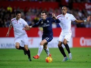 Andreolli, disputando un balón con Gareth Bale