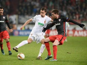 Eraso intenta robar el balón en el partido ante el Augsburgo