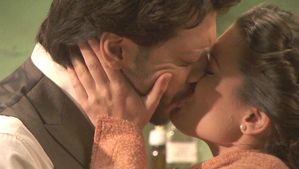 Lucas y Sol dan rienda suelta a su amor
