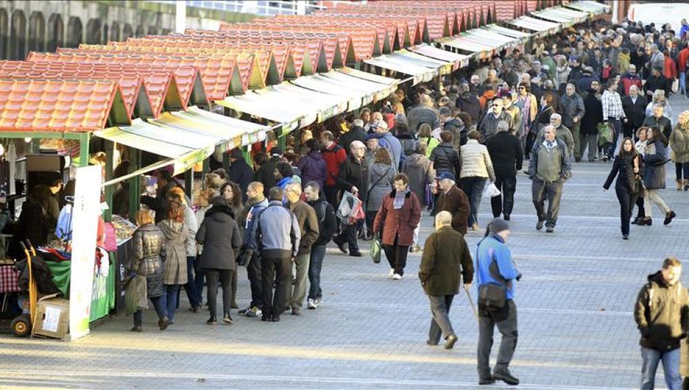 Público en la feria de Santo Tomás en Bilbao