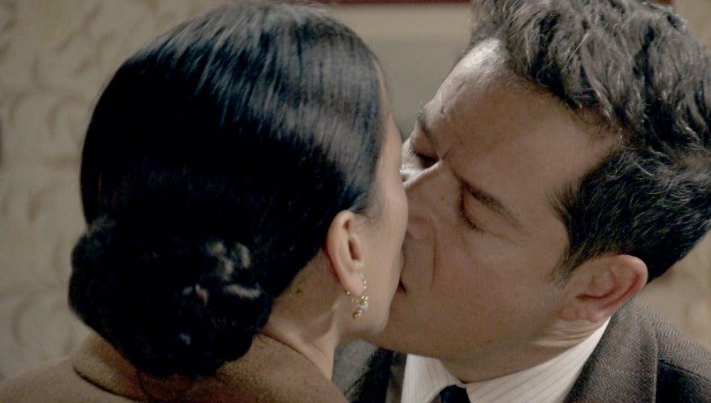 Ramón besa a Manolita