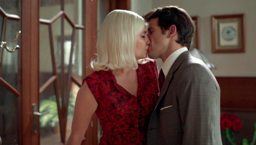 Patricia y Enrique se funden en un beso