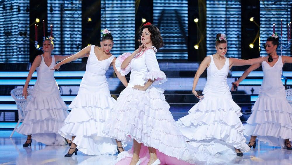 Silvia Abril muestra su faceta más castiza y canta 'El beso', de Paquita Rico