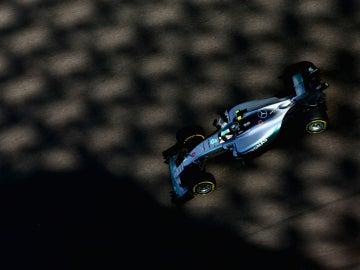 Rosberg conduce su Mercedes por Abu Dabi