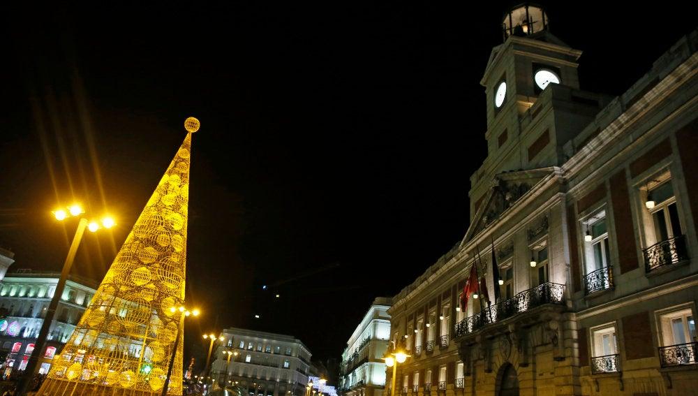 Árbol de Navidad iluminado en la Puerta del Sol