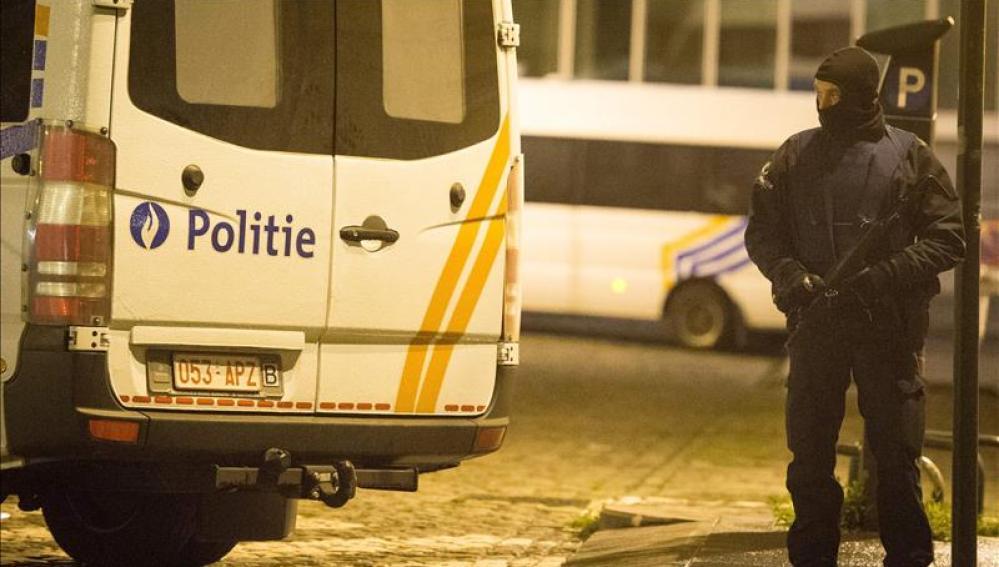Policias belgas durante la búsqueda de Salah Abdelsam en el barrio de Molenbeek