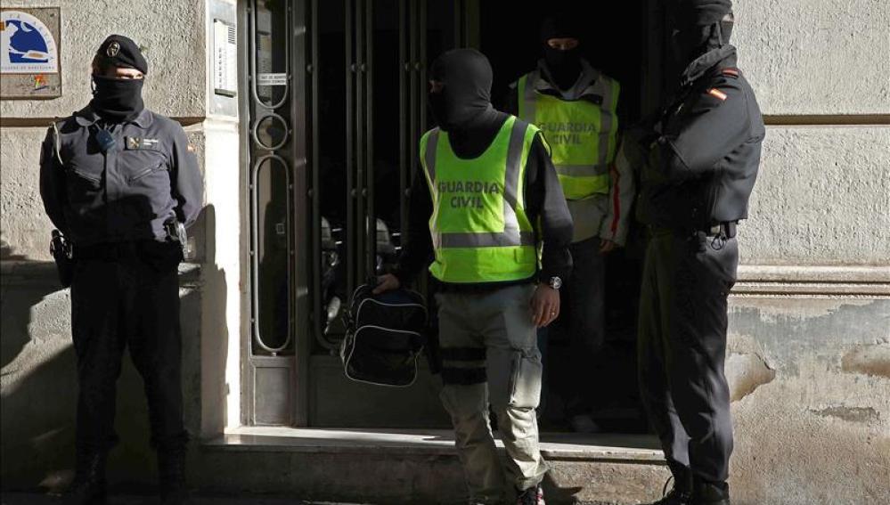 Agentes de la Guardia Civil durante los registros efectuados