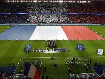 Homenaje por los atentados de París en el Parque de los Príncipes