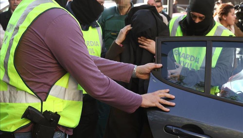 La Guardia Civil durante una detención de sospechosos de captación en Cornellá de Llobregat