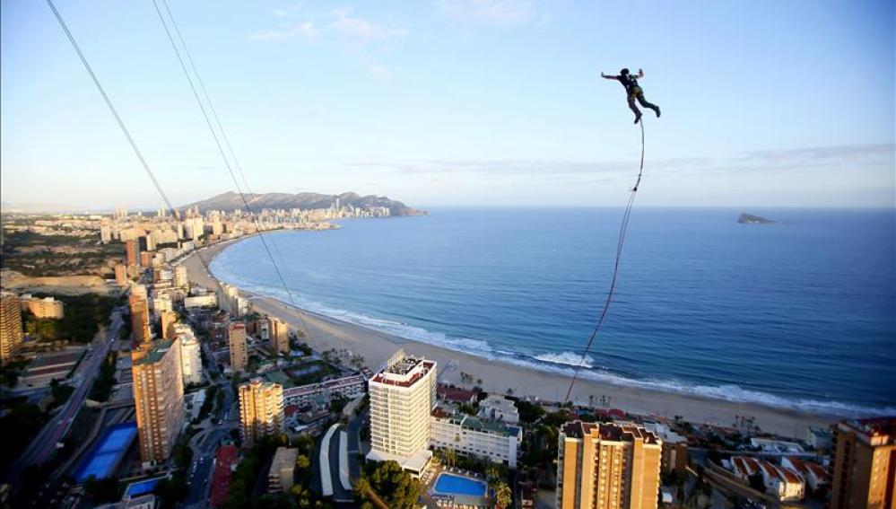 Veinte saltadores se lanzan desde el hotel más alto de Europa, en Benidorm