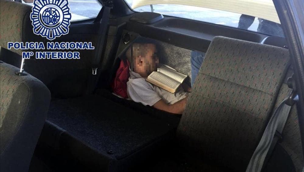 Persona viaja en el doble fondo de un maletero