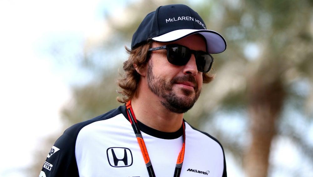 Alonso camina por el paddock de Yas Marina
