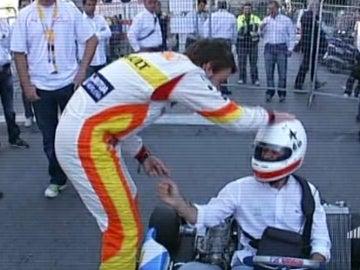 Alonso 'acaricia' a Lobato en el casco