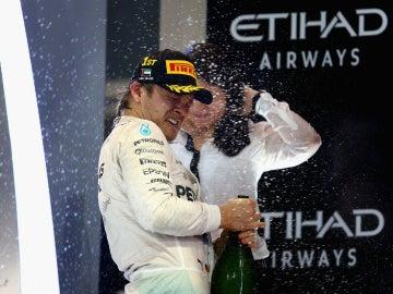 Rosberg, con la bebida de la victoria en Yas Marina